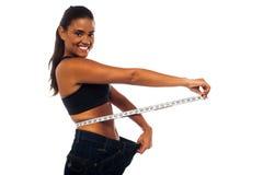 Mulher magro que mede sua cintura Fotos de Stock