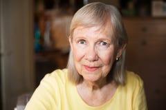 Mulher mais idosa bonita com expressão alegre fotografia de stock