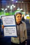 Mulher mais idosa com mensagem, Bucareste, Romênia Fotos de Stock Royalty Free
