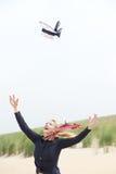Mulher mais idosa com o chapéu de sopro do vento ausente foto de stock royalty free