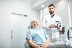 Mulher mais idosa com o dentista no escritório dental imagem de stock royalty free