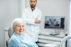 Mulher mais idosa com o dentista no escritório dental imagens de stock royalty free
