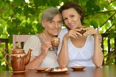 Mulher mais idosa com sua filha adulta imagem de stock royalty free