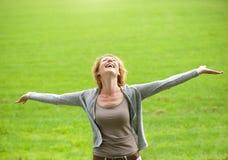 A mulher mais idosa despreocupada que sorri com braços abre Foto de Stock Royalty Free