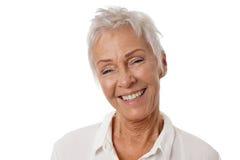 Mulher mais idosa feliz com cabelo branco curto na moda fotografia de stock royalty free