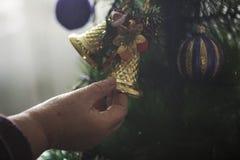 Mulher mais idosa que decora a árvore de Natal fotografia de stock