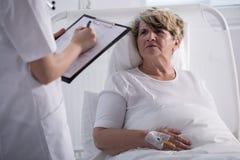 Mulher mais idosa que fala ao doutor Imagem de Stock