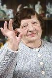 Mulher mais idosa que mostra o sinal aprovado da mão Foto de Stock Royalty Free