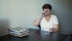 Mulher mais idosa que toma a medicina filme