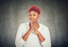 Mulher manhoso nova que mantém as mãos unidas fotografia de stock royalty free