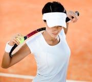 A mulher mantem a raquete de tênis fotos de stock