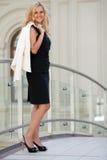 A mulher mantem um revestimento branco Fotografia de Stock