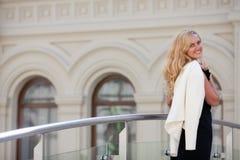 A mulher mantem um revestimento branco Foto de Stock Royalty Free