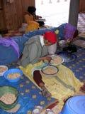 Mulher marroquina que trabalha em porcas do argão Fotografia de Stock Royalty Free