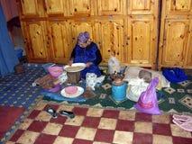 Mulher marroquina que trabalha em porcas do argão Foto de Stock