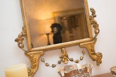 Mulher mascarada no espelho antigo foto de stock