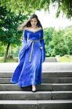 Mulher medieval abaixo das escadas Imagem de Stock Royalty Free
