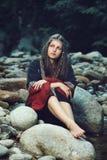 Mulher medieval bonita assentada em rochas Fotos de Stock Royalty Free