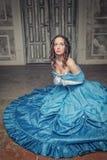 Mulher medieval bonita em rezar azul do vestido Fotografia de Stock