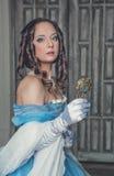 Mulher medieval bonita no vestido azul com espelho Foto de Stock