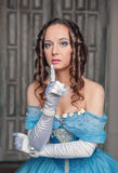 Mulher medieval bonita no vestido azul que faz o gesto do silêncio Imagens de Stock Royalty Free