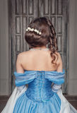 Mulher medieval bonita no vestido azul, traseiro foto de stock royalty free