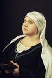 Mulher medieval com a Bíblia Fotos de Stock Royalty Free