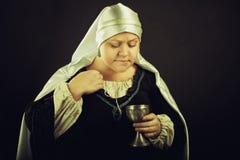 Mulher medieval com cálice Fotografia de Stock Royalty Free