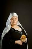 Mulher medieval com flor Fotografia de Stock Royalty Free
