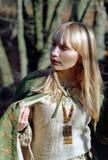 Mulher medieval que anda na floresta imagem de stock