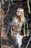Mulher medieval que anda na floresta fotografia de stock royalty free
