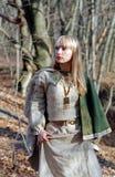 Mulher medieval que anda na floresta foto de stock royalty free