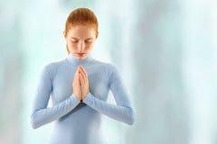 A mulher meditate foto de stock