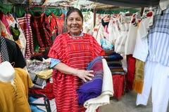 Mulher mexicana que vende o xaile e a roupa mexicanos tradicionais dentro imagens de stock royalty free