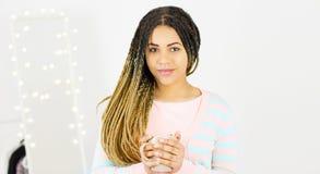 Mulher milenar afro-americano bonita nova com sorriso natural do cabelo dos dreadlocks Fundo cinzento fotos de stock