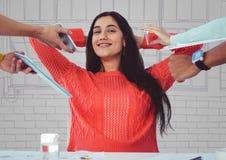 Mulher milenar que obtém dispositivos entregues contra a mão roxa e cinzenta janelas tiradas Imagens de Stock Royalty Free