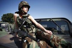 Mulher militar com rifle fotografia de stock