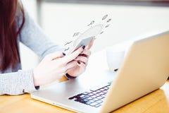 Mulher millenial nova no telefone esperto na mesa de escritório Imagens de Stock