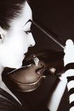 A mulher mimica jogando o violino velho Imagens de Stock Royalty Free