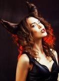 Mulher misteriosa brilhante com cabelo do chifre, celebração do Dia das Bruxas foto de stock