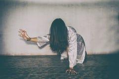 Mulher misteriosa, cena do horror da mulher assustador do fantasma que guarda a boneca fotos de stock