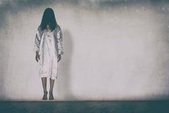 Mulher misteriosa, cena do horror da mulher assustador do fantasma que guarda a boneca imagens de stock royalty free