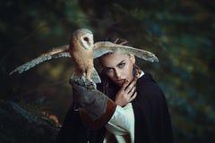 Mulher misteriosa com coruja de celeiro Imagens de Stock