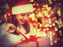 Mulher misteriosa feliz com os presentes mágicos do Natal Imagem de Stock Royalty Free