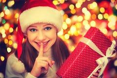 Mulher misteriosa feliz com os presentes mágicos do Natal Imagens de Stock Royalty Free