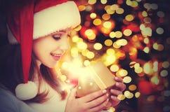 Mulher misteriosa feliz com os presentes mágicos do Natal Fotos de Stock Royalty Free