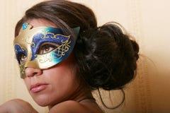Mulher misteriosa na máscara imagem de stock