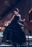 Mulher misteriosa no vestido preto Imagens de Stock Royalty Free