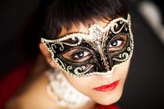 Mulher misteriosa que desgasta uma máscara Fotografia de Stock Royalty Free