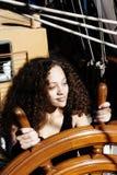 Mulher misturada da herança na roda do navio alto Imagem de Stock Royalty Free